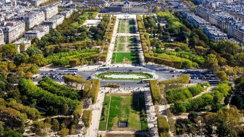 Champ De Mars park Paris ved Eiffeltarnet