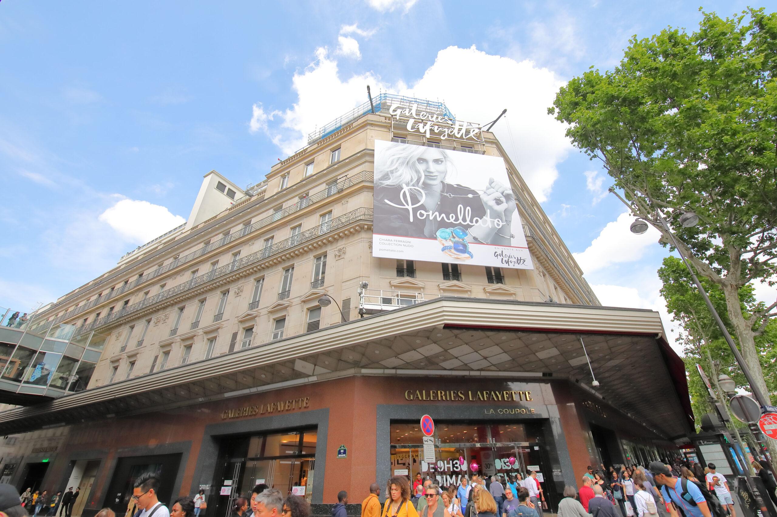 Galeries Lafayette Paris Frankrike shopping kjopesenter varehus inngang handling