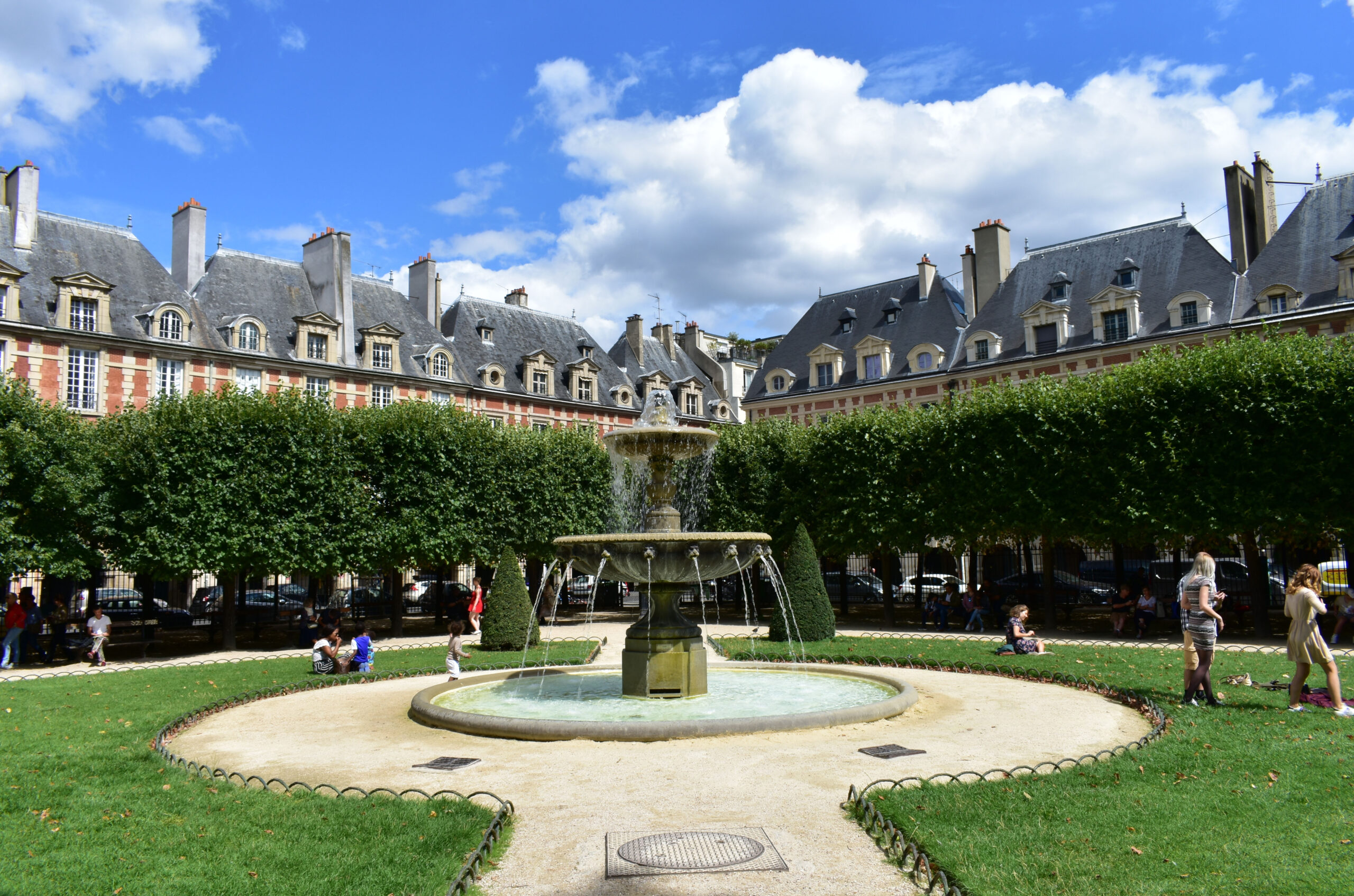 Place des Vosges fontene midten av plassen struktur bygninger hage
