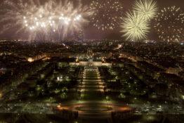 nyttarsaften Paris raketter fyrverkeri Park Eiffeltarnet tips